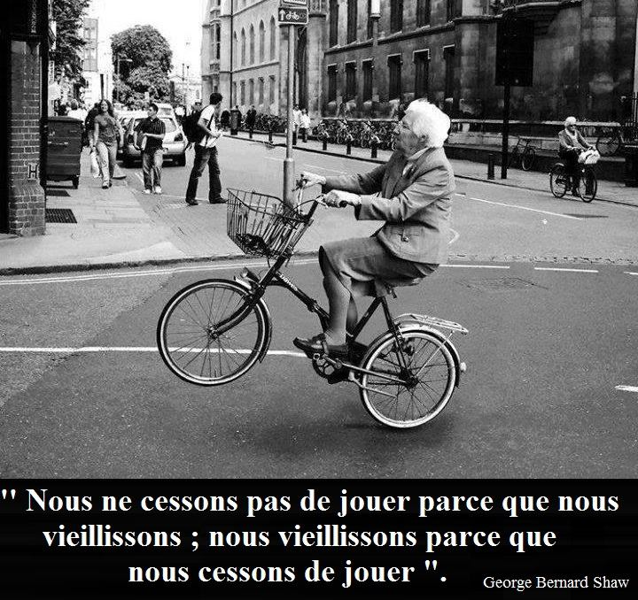 omi auf dem Fahrrad